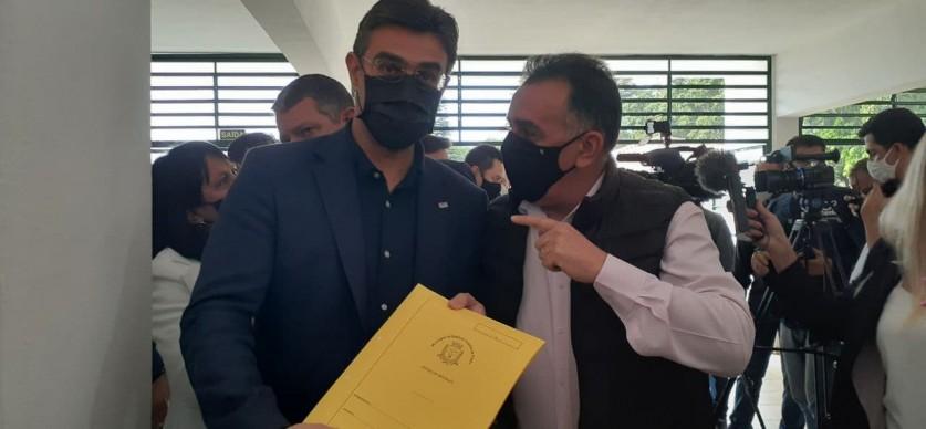 Vice prefeito de Piraju, Carlos Pneus também entregou pedidos ao vice governador