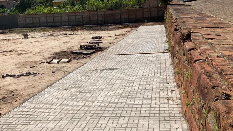 Construções da Pista de Caminhada, Campo de Grama Sintética e Quadra estão em andamento em Timburi
