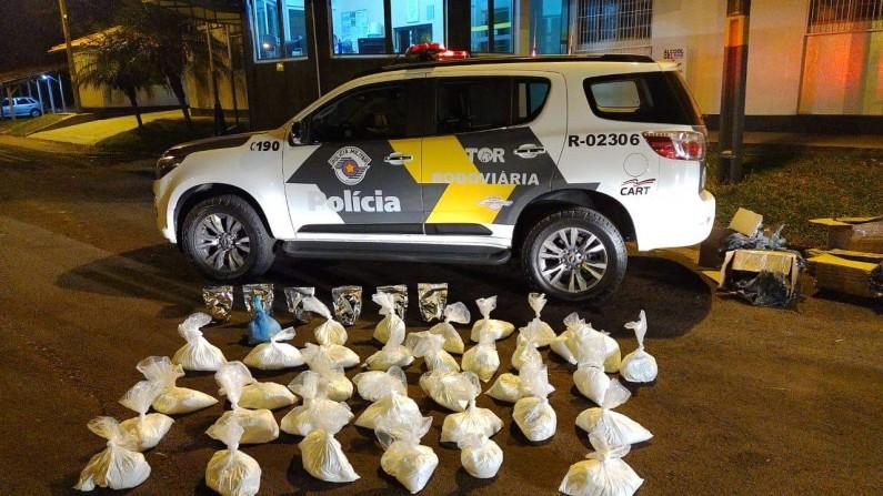 Polícia Rodoviária apreende 8 caixas com substância aparentando cocaína na região